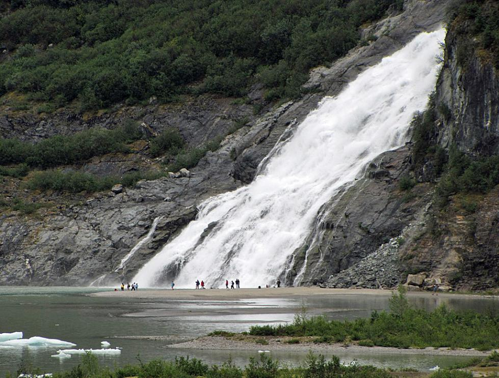 7s_another_waterfalls_with_many_people_near_it_Alaska-07_347-979x743